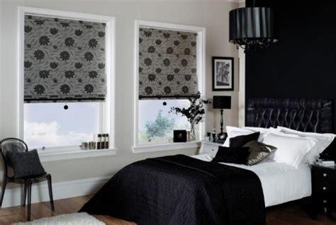 decorare ferestre living rolete textile culoare gri cu imprimeu floral negru decor