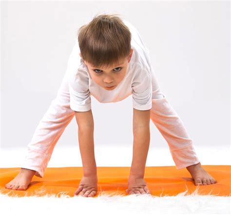 imagenes de niños haciendo yoga c 243 mo ense 241 ar yoga a los ni 241 os yoga en red