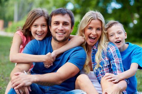 imagenes sobre la familia feliz passar o tempo fam 237 lia feliz junto na natureza verde