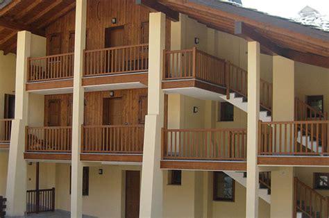 ringhiera legno esterno ringhiere in legno per balconi esterni con parapetti per