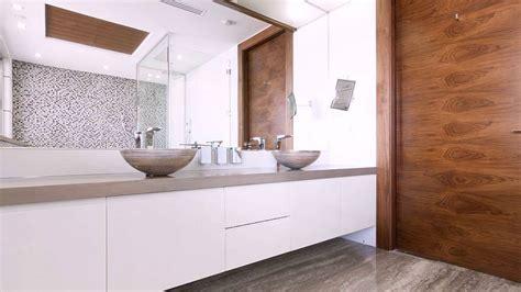 accent wand badezimmer holz accent wand und vanity in wei 223 mit zwei waschbecken