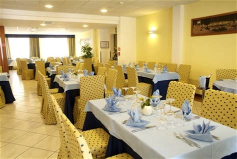 Dining Room Attendant Responsibilities Bussers Description With Pictures Ehow