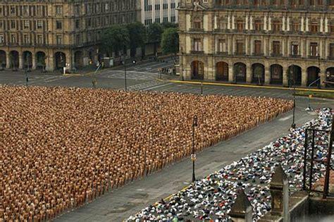 tunick en mexico spencer tunick photographs 18 000 nudes in mexico city