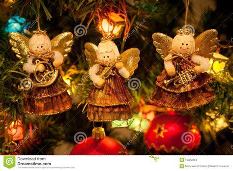 precio de los arboles cortados de navidad tres 225 ngeles que cuelgan en el 225 rbol de navidad foto de archivo imagen 16322334