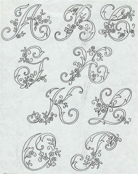 lettere da ricamare alfabeto da ricamare con ricamo classico paperblog