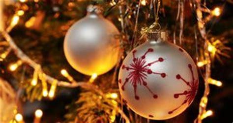 lichterkette weihnachtsbaum anbringen anleitung weihnachtsbaum schm 252 cken mit bunter deko sat 1 ratgeber