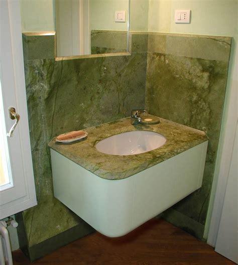 bagni in marmo travertino 17 migliori idee su bagni in marmo su docce in