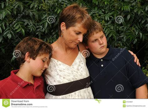 imagenes de triste familia familia joven triste imagen de archivo imagen 8724901