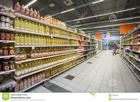 scaffali per bottiglie di bottiglie di olio sugli scaffali di un deposito fotografia