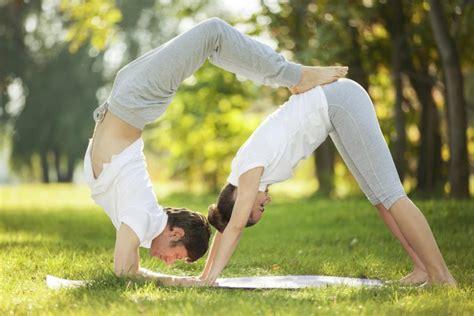 imagenes de yoga para dos practicar yoga en pareja punto fape