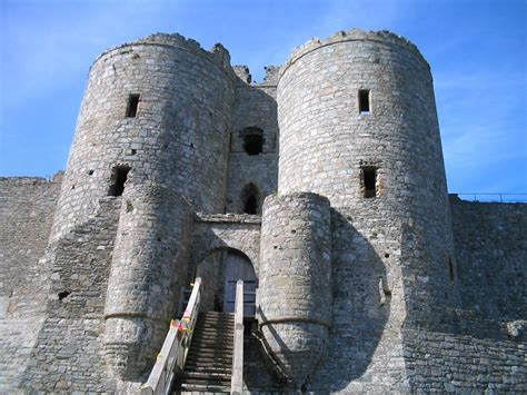 the curtain wall castle with round towers fortified tower wikipedia
