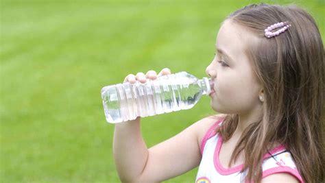 imagenes de jirafas tomando agua conoce la importancia del agua para la salud de los ni 241 os