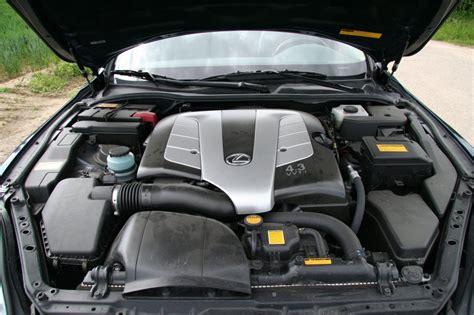 blick unter die motorhaube eines sc  fahrzeugbilderde