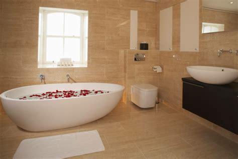 Badezimmer Fliesen Naturfarben by Freistehende Badewanne Blickfang Und Luxus Im Badezimmer