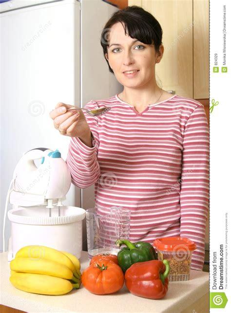 imagenes libres cocina mujer en la cocina im 225 genes de archivo libres de regal 237 as
