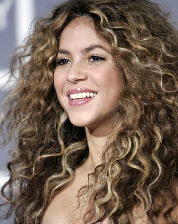 is shakiras hair naturally curly shakira curly heroes pinterest style photos and shakira