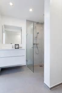 white bathroom grey floor 25 best ideas about grey tiles on grey