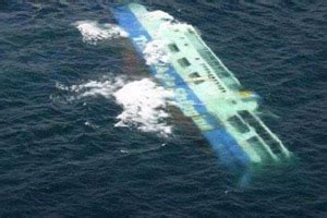 kapal penumpang terbalik di pelabuhan manado