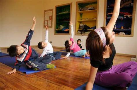 imagenes de niños haciendo yoga yoga en las escuelas para mejorar el rendimiento de los