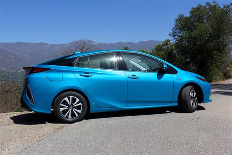 toyota hybrid cars toyota simultaneously focusing on hybrids and battery