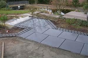 terrasse polygonalplatten verlegen terrassengestaltung holz granitpflaster galabau m 228 hler