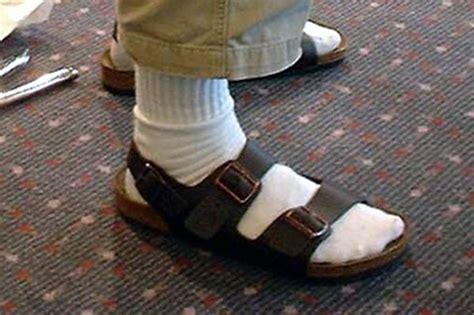 roma entra alle poste con sandali e calzini e viene