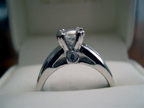 71 which side does a wedding ring go on what side