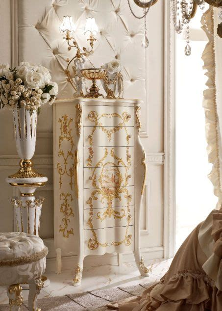 242 e comodini classici e di lusso in stile veneziano e
