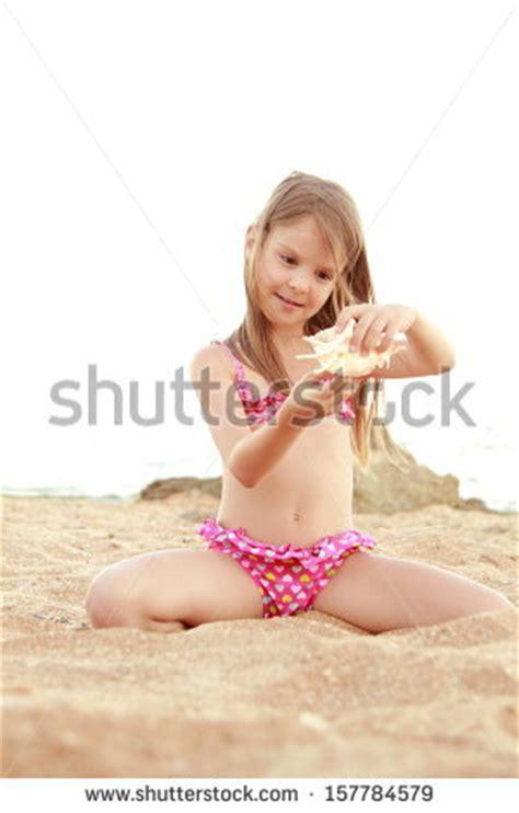 rainpow young little girls caucasian happy young girl pink swimsuit imagen de archivo