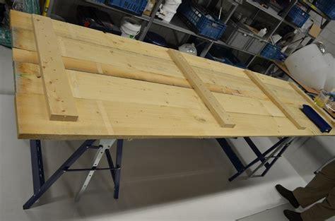 tafel in hout maken houten bladen en tafels afgieten met epoxy giethars