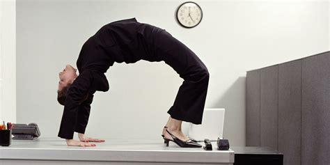 esercizi alla scrivania ginnastica in ufficio 23 esercizi da fare alla scrivania