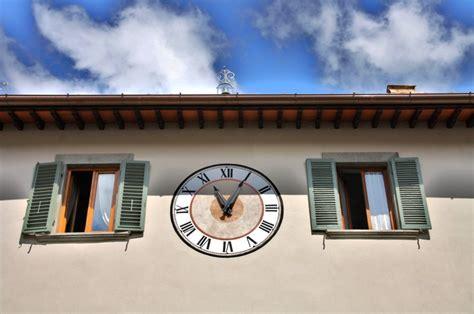 abbreviazione di famiglia sulle lettere l orologio quot disegnato quot in via roma torna a scandire il tempo