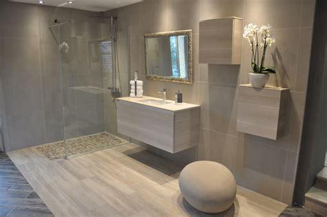 salle de bain avec douche italienne et baignoire d'angle