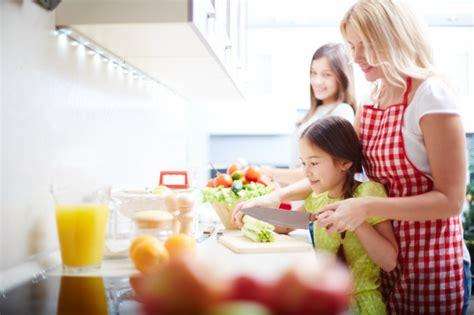 madre con su hijo en la cocina madre e hija cocinando en la cocina descargar fotos gratis