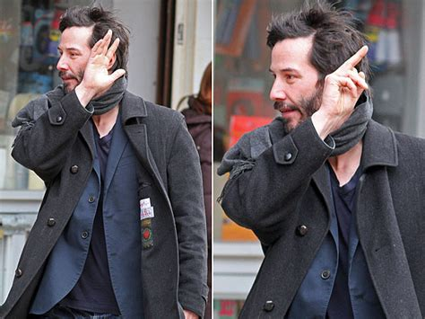 Keanu In With Paparazzo by Ego Not 205 Cias Bad Boy Keanu Reeves Mostra O Dedo Para