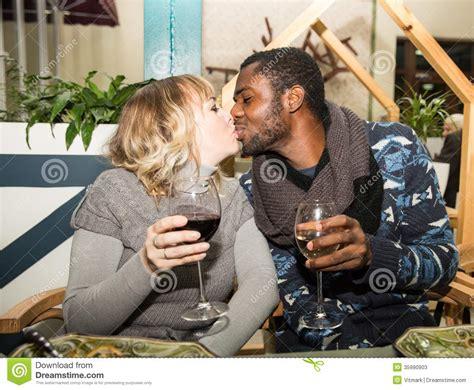 imagenes hombre negro mujer blanca beijando pares felizes homem negro e mulher branca com