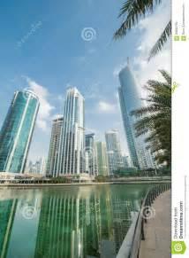 emirates ufficio i grattacieli alti in dubai vicino ad acqua immagine