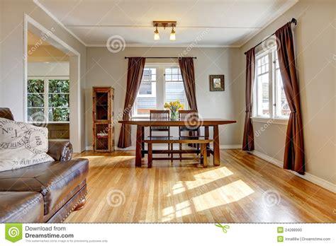 tende per sale da pranzo sala da pranzo con il pavimento marrone di legno duro e