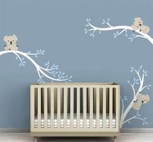 Idees Deco Chambre Bebe Garcon #1: chambre-de-bébé-aménagement-idée-originale-ours-branches-arbres-decoration-murale.jpg