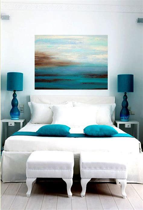 i love the color in this bedroom the bold red accent wall kolor niebieski pasuje do każdego wnętrza niebieskie