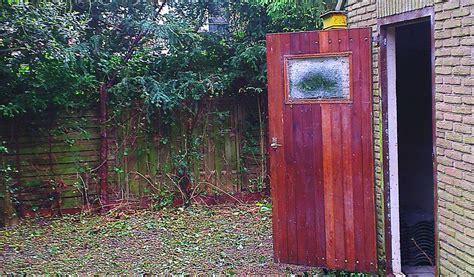 schuur leegruimen gras en onkruid maaien struiken en bomen snoeien en