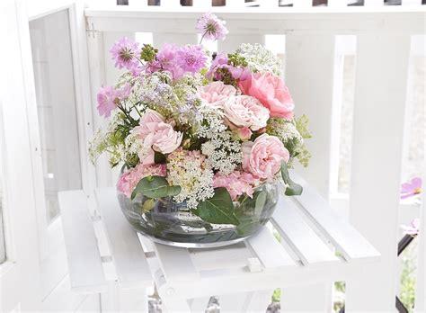 Blumengestecke Selber Machen Anleitung by Sommerdeko Diy Blumengesteck In Einer Glasschale