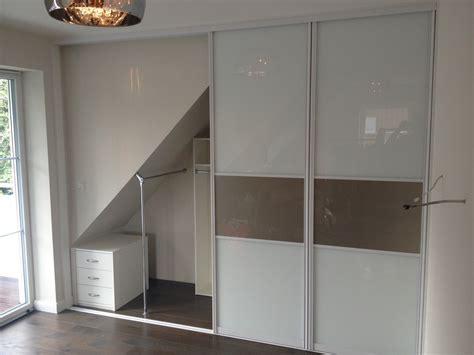 schrank in schräge moderne wohnzimmerbeispiele