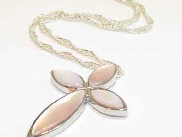Ultra Pink Metal Chain Weaving Pearl Home About