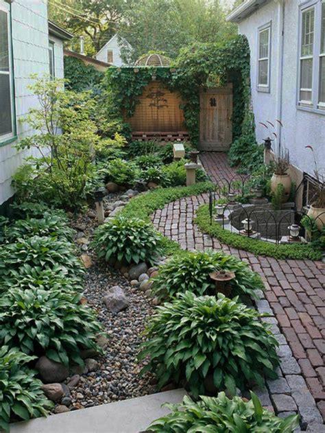 wie einen hinterhof patio gestaltet hinterhof gestalten garten idee schattig kieselsteine
