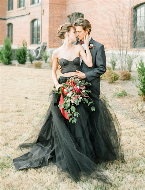 Schwarzes Brautkleid by Moody Autumn Wedding Inspiration With A Black Wedding