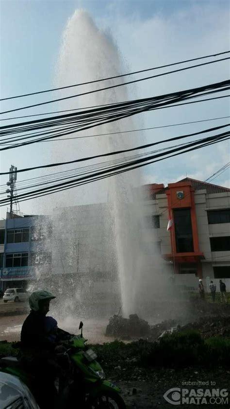 Pipa Air pipa air di kalimalang pecah semburannya timbulkan air mancur