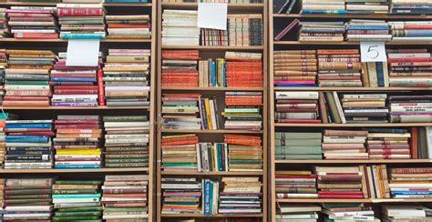 estante westwing estante de livros acomodados charme westwing