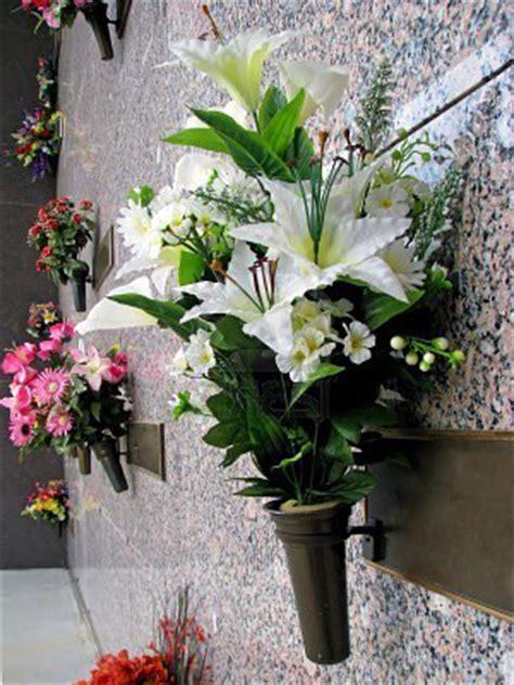 fiori per cimitero tricase ora rubano fiori dal cimitero il gallo
