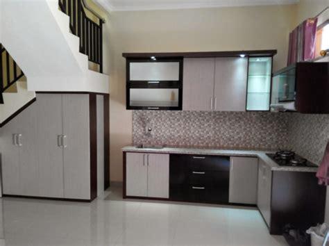 desain dapur minimalis bawah tangga contoh desain model kitchen set minimalis bawah tangga